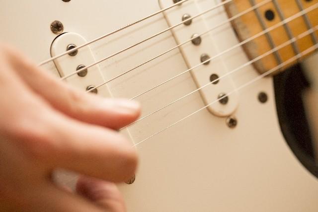ギターを弾く写真